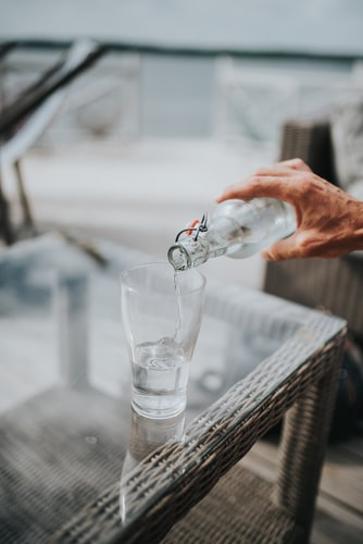 Supplementary measures for dry eyes include drink enough liquids (water, unsweetened tea or diluted fruit juices spread over a day).
